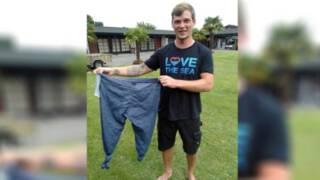 Dicht-geknoopte spijkerbroek wordt reddingsvest