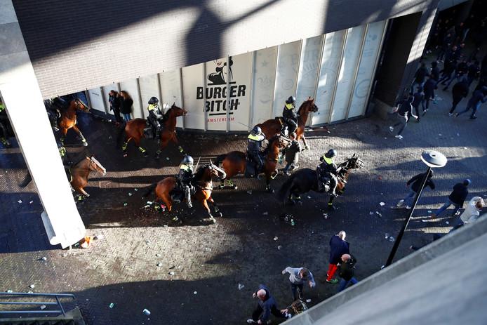 5 agenten gewond bij Ajax