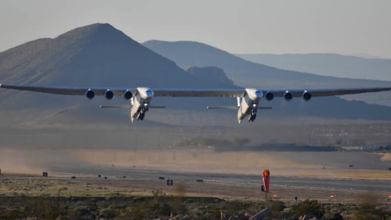 Gigantisch vliegtuig voor het eerst de lucht in