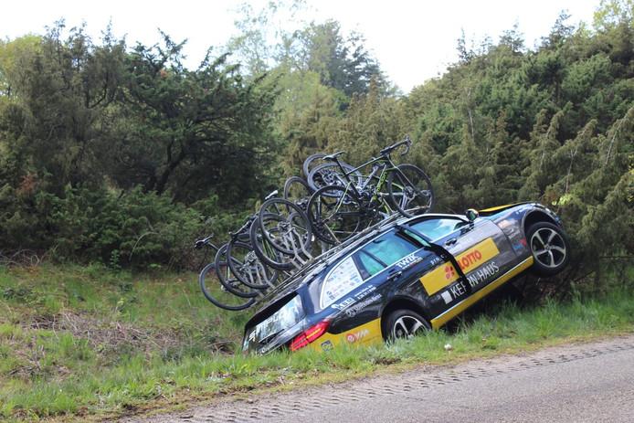Volgauto Ronde van Overijssel vliegt uit de bocht in Rijssen